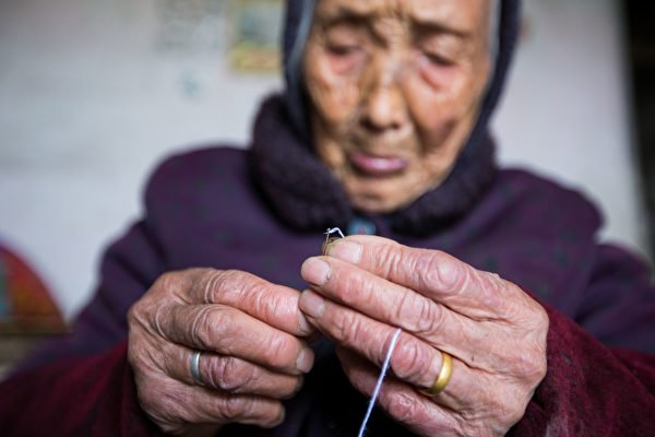 中國迅速步入老齡化社會,養老負擔沉重。圖為浙江紹興一九旬獨居老人。(大紀元資料室)