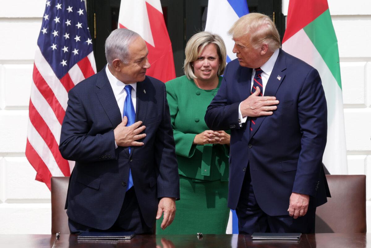 2020年9月5日,以色列總理本傑明·內塔尼亞胡(左)與美國總統唐納德·特朗普參加在華盛頓白宮南草坪舉行的《亞伯拉罕協定》的簽署儀式。(Alex Wong / Getty Images)