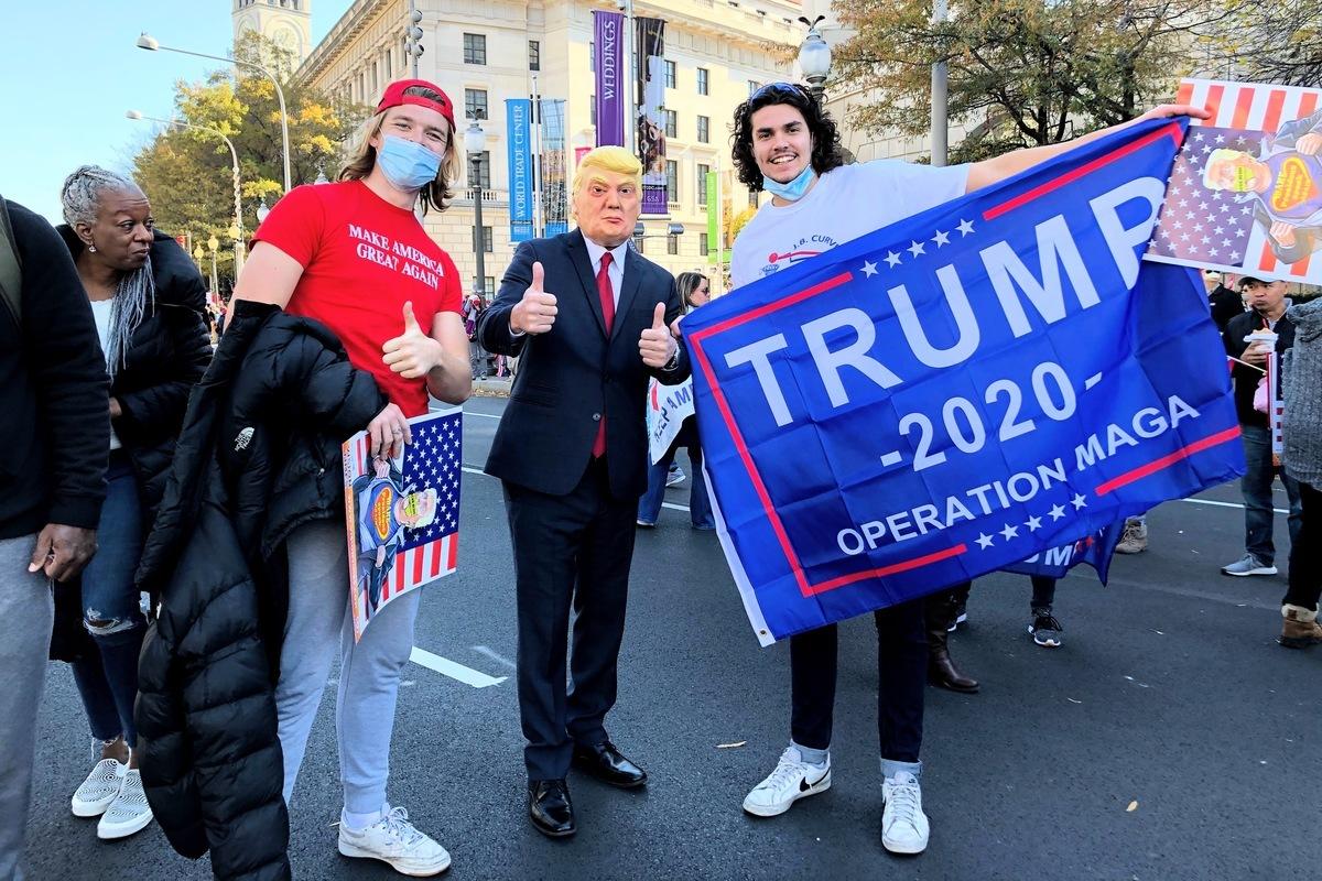 圖為2020年11月14日,支持特朗普總統的民眾從華盛頓DC的自由廣場出發,一路走到最高法院,民眾途中與模仿特朗普總統的人合照留念。(黃小堂/大紀元)