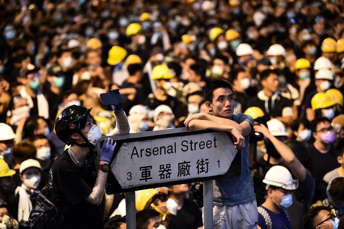 面對香港「反送中」民意反彈,中共有意暫時讓步、以拖待變。(HECTOR RETAMAL/AFP/Getty Images)