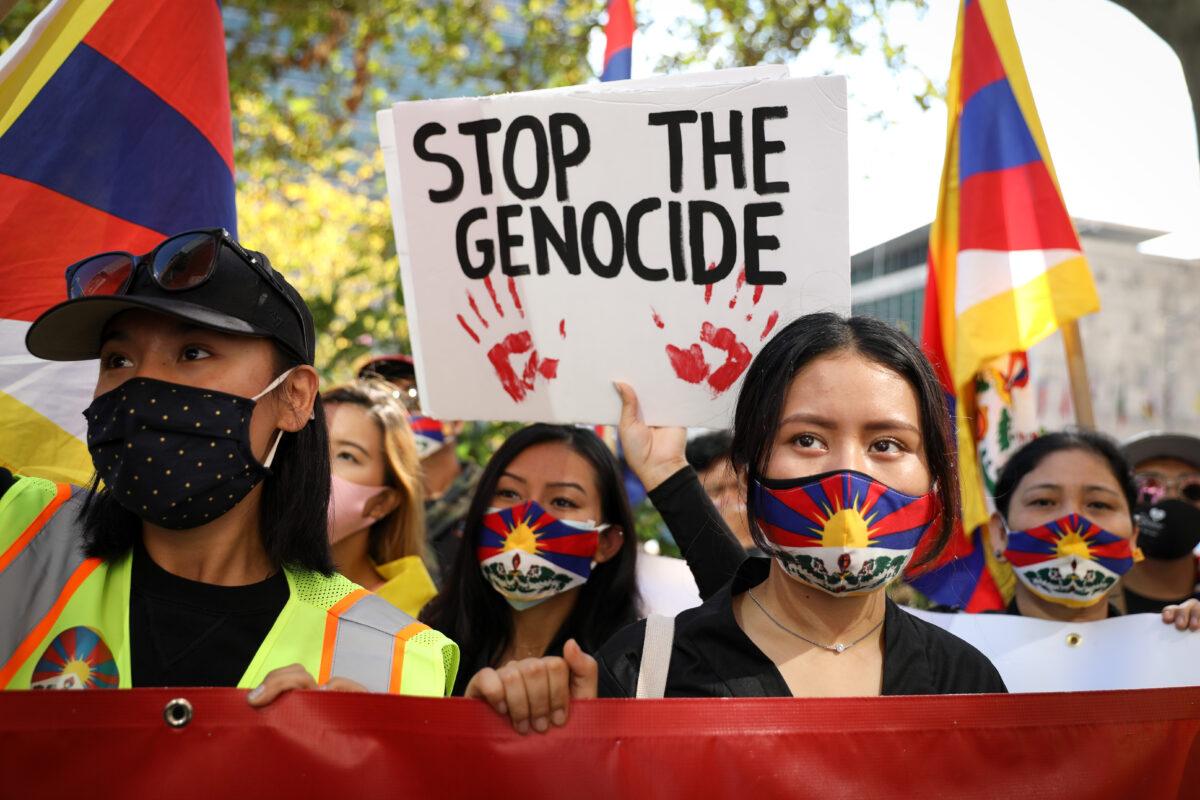 2020年10月1日,西藏人、維吾爾人、哈薩克人、香港人、南蒙古人、台灣人和中國民主運動人士等在紐約市聯合國總部前,共同呼籲各國政府反對中共對自由、民主和人權的壓制。(Samira Bouaou/The Epoch Times)