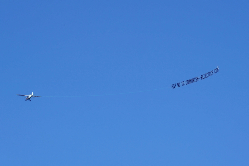「拒絕中共」巨大橫幅飛行西澳上空