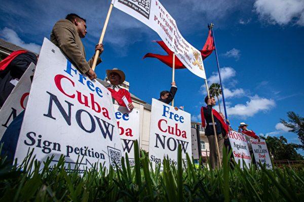 2021年7月26日,在邁阿密的海厄利亞(Hialeah)公園,人們參加集會以示對古巴人反對其政府的示威的支持。(Giorgio Viera/AFP via Getty Images)