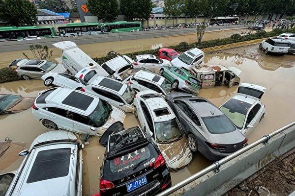2021年7月21日,河南省鄭州市,被洪水沖毀的汽車浸泡在水中。(STR/AFP via Getty Images)