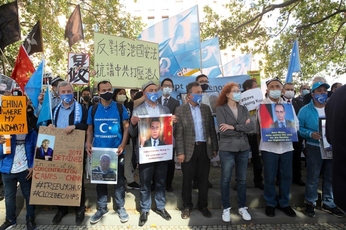 2020年9月1日上午在柏林德國外交部門前聚集了來自德國的國會議員、人權組織、世維大會、西藏團體、香港民眾、台灣民眾和青年猶太團體等多個團體和個人,抗議中共外長王毅到訪,抗議中共對中國民眾的迫害以及對世界的威脅。(黃芩/大紀元)
