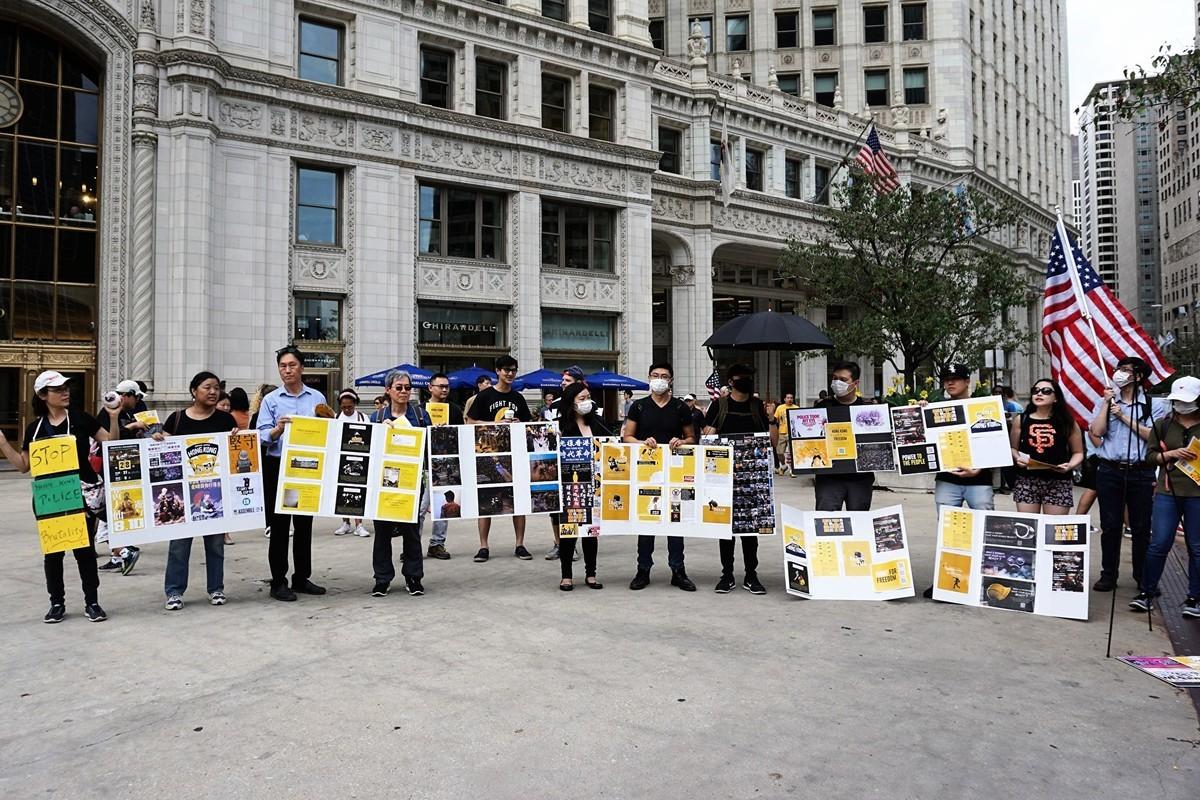2019年8月18日,芝加哥港人聚集在市中心瑞格利大廈旁的廣場上,舉行「與港同行, 主權在民」集會。 (溫文清/大紀元)