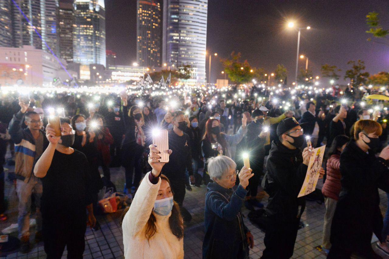12月12日反送中運動半年,愛丁堡廣場齊上齊落集會,參加集會的人擠爆廣場。(宋碧龍 / 大紀元)