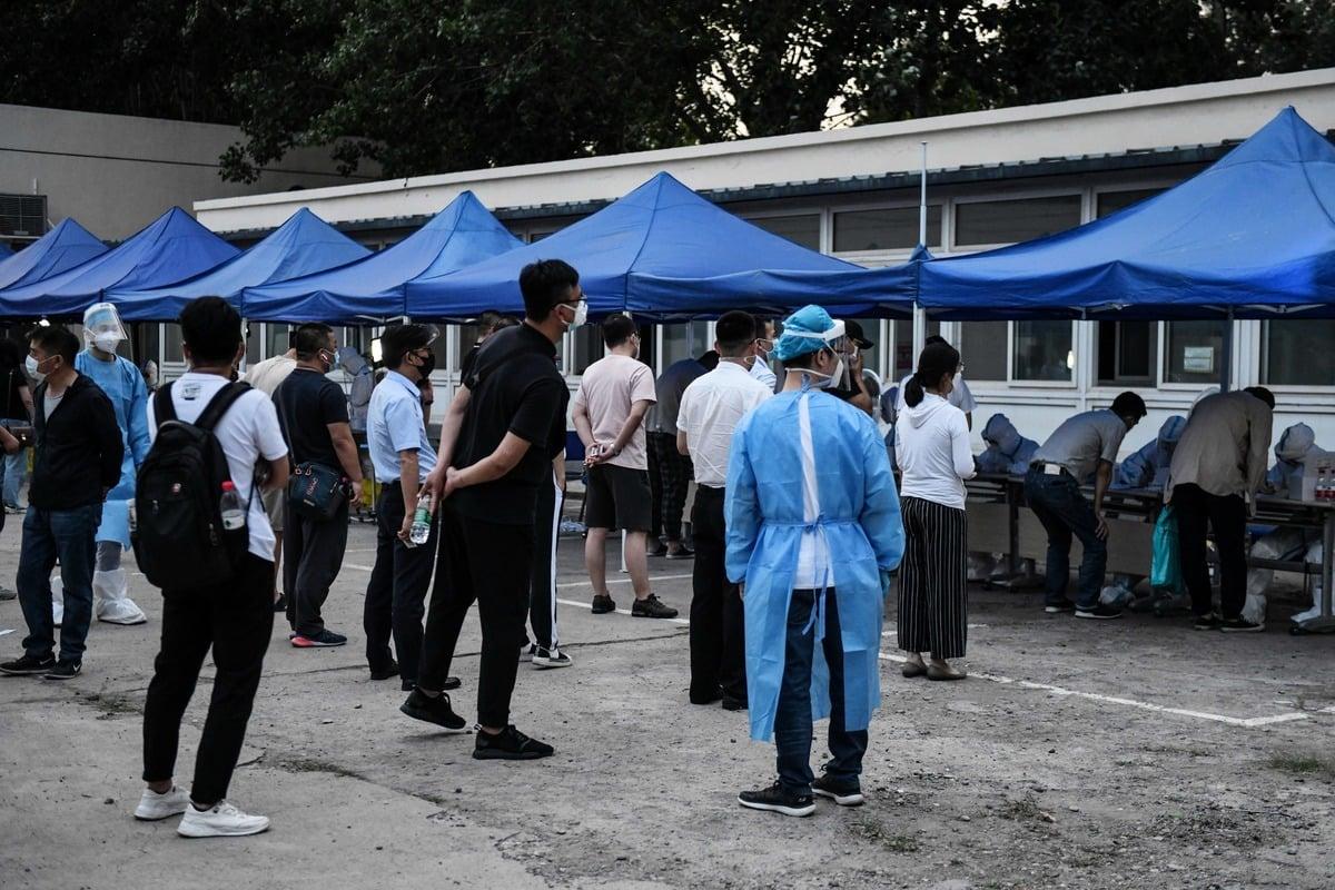 2020年6月17日,中國北京,民眾排隊等候中共肺炎的拭子檢測。(GREG BAKER/AFP via Getty Images)
