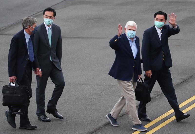 美國總統拜登摯友、前參議員陶德(Chris Dodd)(右2)所率訪問團搭乘專機,2021年4月14日下午順利飛抵松山機場,這次訪台成員還包含前副國務卿史坦柏格(James Steinberg)(左)等人,外交部長吳釗燮(右)、北美司長徐佑典(左2)等人親往接機。(中央社)