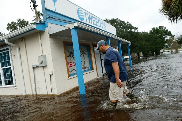颶風馬修於周日凌晨降級為「熱帶氣旋」,48小時內造成美國18人死亡。(Brian Blanco/Getty Images)