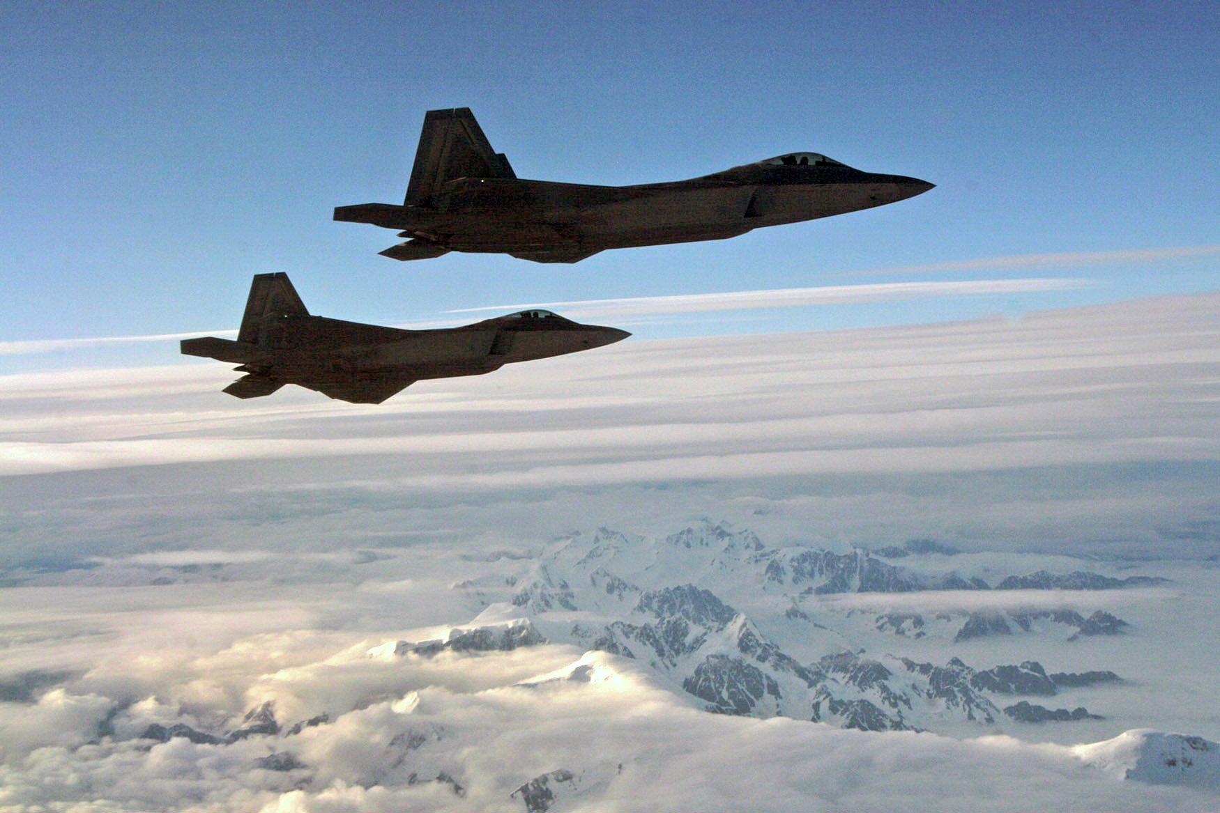 4月8日,北美空防司令部(NORAD)派出F-22隱形戰鬥機,在阿拉斯加空域攔截兩架俄羅斯巡邏機。圖為F-22。(U.S. Army photo by Maj. Mike Humphreys)