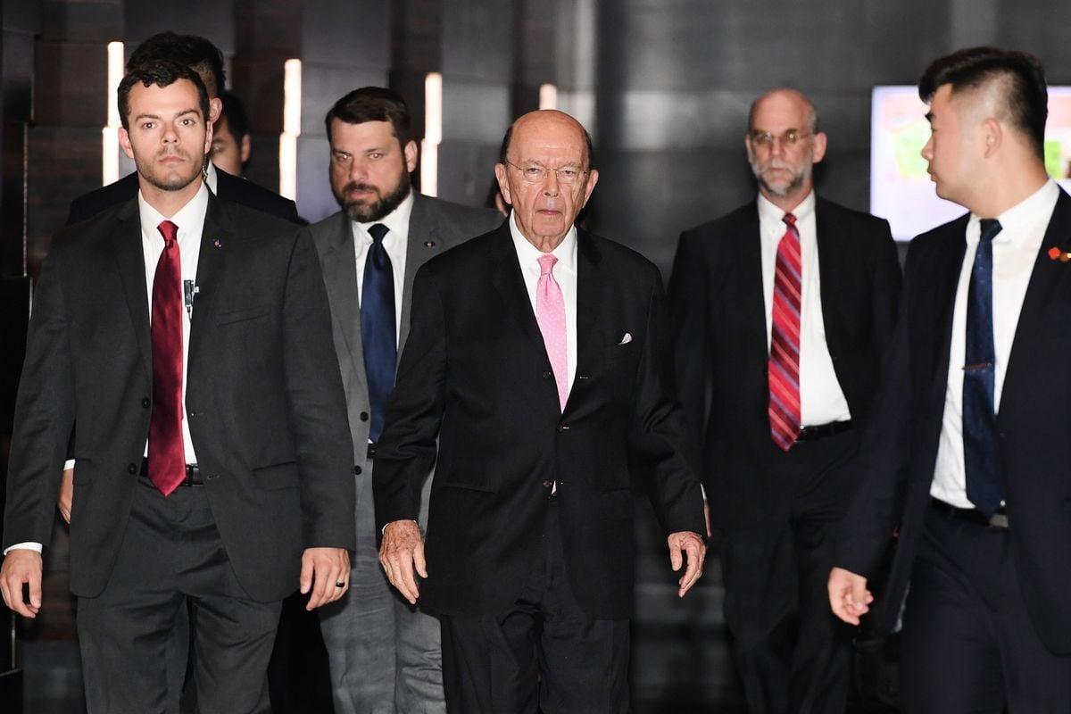 周一(1月7日),美國商務部長羅斯表示,美國的貿易關稅正在損害中共經濟、以及北京創造就業避免「社會動盪」的能力。圖為羅斯去年6月2日抵北京,主導一輪中美貿易談判。(PGREG BAKER/AFP/Getty Images)