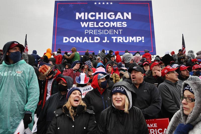 2020年10月27日,特朗普在密歇根州首府蘭辛市(Lansing)國際機場舉行競選集會,支持者熱情參與。(Chip Somodevilla/Getty Images)