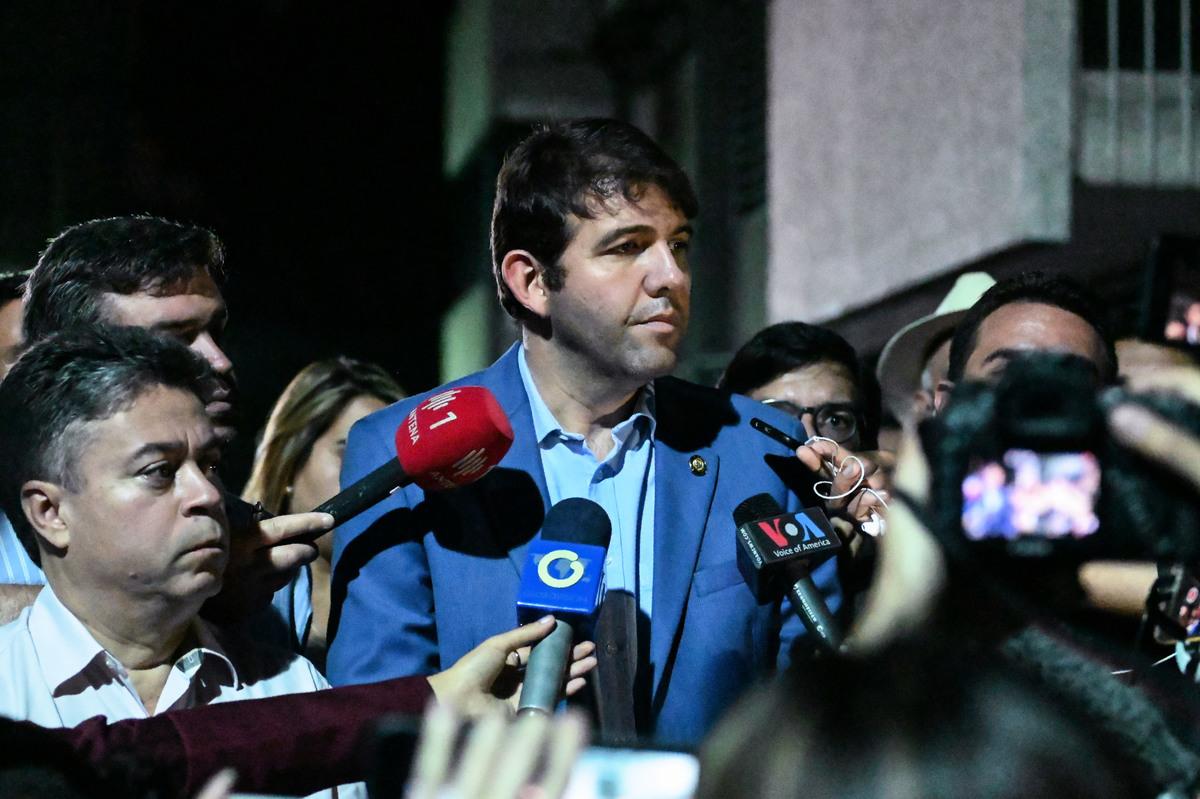 馬杜羅(Nicolas Maduro)政府拘捕了反對派胡安·瓜伊多(Juan Guaido)領導的國會代表埃加爾·贊布拉諾(Edgar Zambrano)。圖為國會議員卡洛斯·普魯斯普瑞(Carlos Prosperi)(中)在就此事接受記者採訪。(MARVIN RECINOS/AFP)