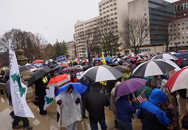 美東時間2020年12月12日,作為爭議州的密歇根也有上千的民眾參加了集會活動——向神祈禱,堅信特朗普總統必勝。(林慧心/大紀元)