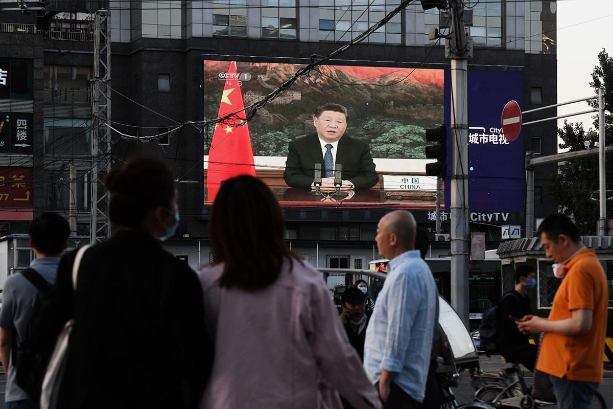 圖為北京街頭播放的中國國家主席習近平2020年5月18日在世衛組織會員年會上發言,其罕見表態同意調查武漢的病毒起源。(GREG BAKER/AFP via Getty Images)
