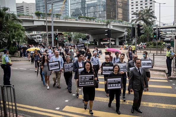 香港會計界人員於23日遊行至政府總部,接續反送中示威。(Chris McGrath/Getty Images)