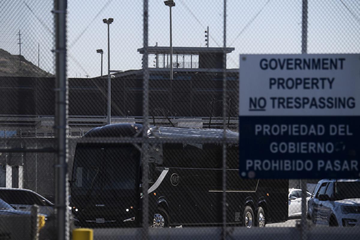 拜登政府計劃逐步允許2.5萬名正在等待庇護案件審理的庇護申請者入境美國,首批庇護者2月19日在加州聖地牙哥入境。圖為當日從聖地牙哥美墨邊境海關與邊境保護局(CBP)駛出的車輛。(PATRICK T. FALLON/AFP via Getty Images)