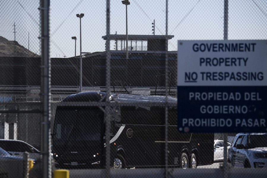 美移民政策變 首批駐留墨西哥難民入境