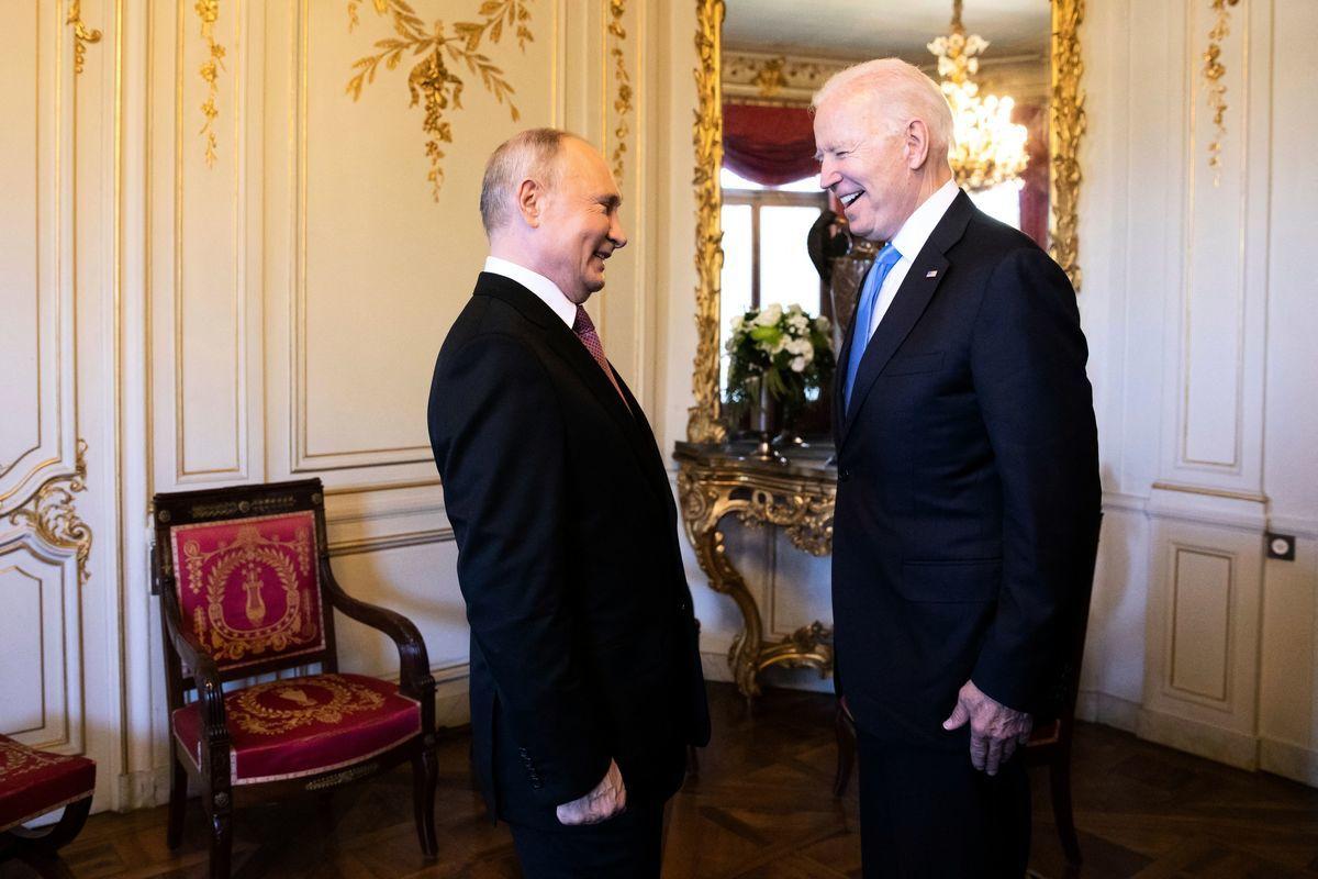 拜登和普京於2021年6月16日在瑞士日內瓦會晤。(PETER KLAUNZER/POOL/AFP via Getty Images)