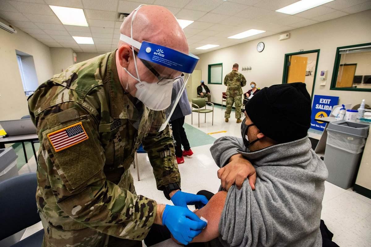 2021年2月16日,一名美軍士兵準備為民眾接種疫苗。(JOSEPH PREZIOSO/AFP via Getty Images)