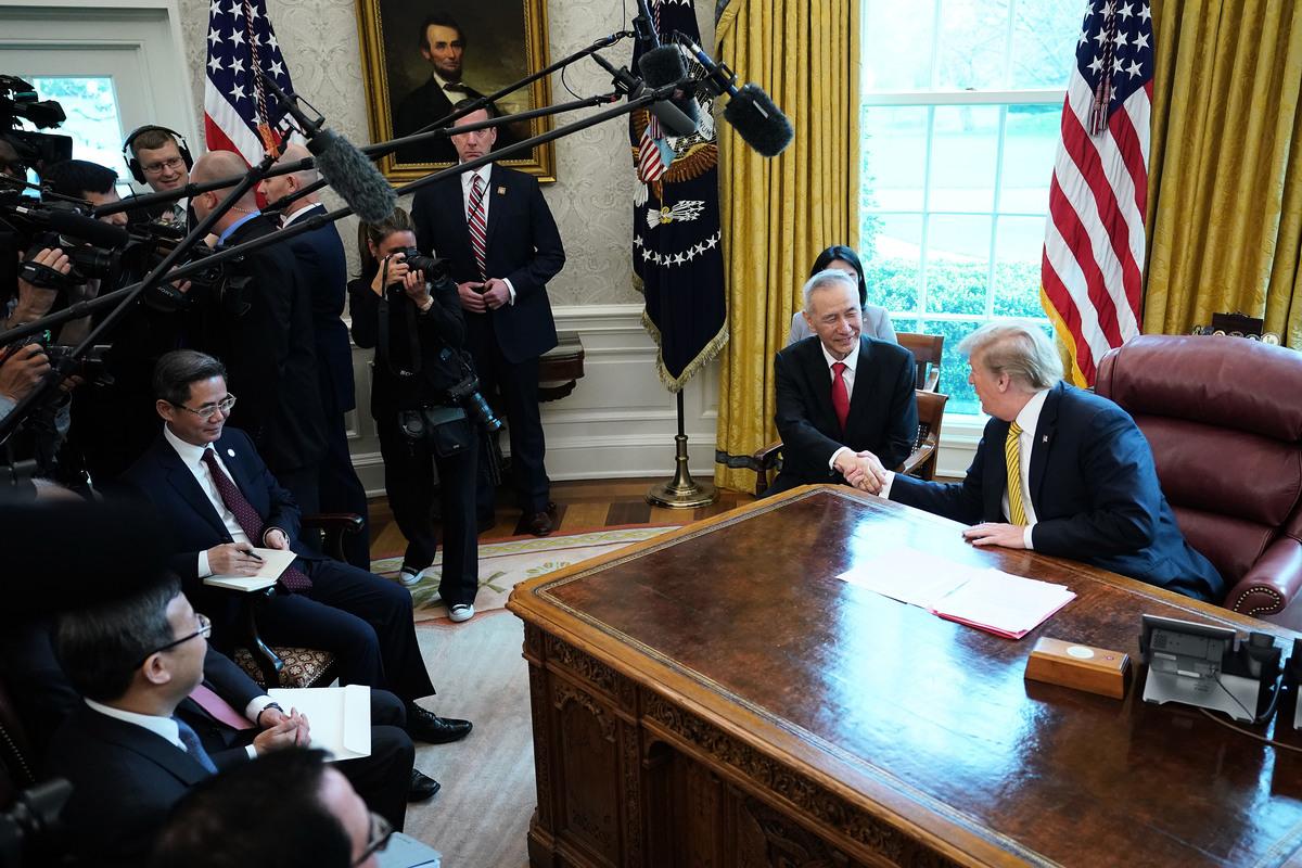 4月4日,美國總統特朗普在白宮接見中共副總理劉鶴。與以往不同的是,劉鶴坐在特朗普的右邊,氣氛融洽。(Chip Somodevilla/Getty Images)