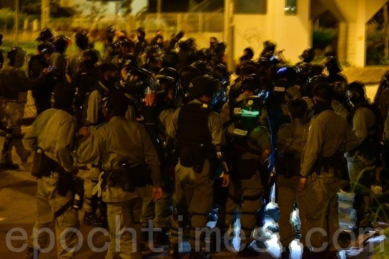 11月19日,當救護員離開香港理工大學時,警察拘捕想離開的人。圖示被捕人數眾多。(余天祐/大紀元)