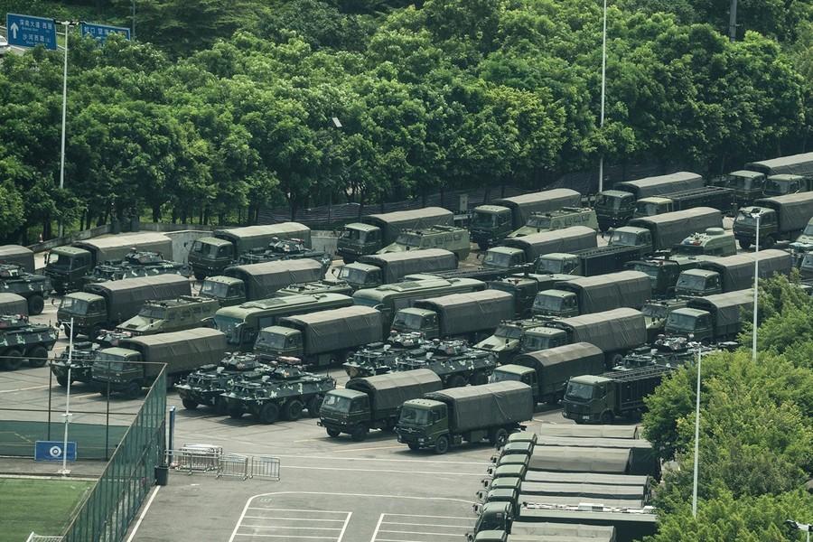 中共大批部隊凌晨進入香港 外界高度關注
