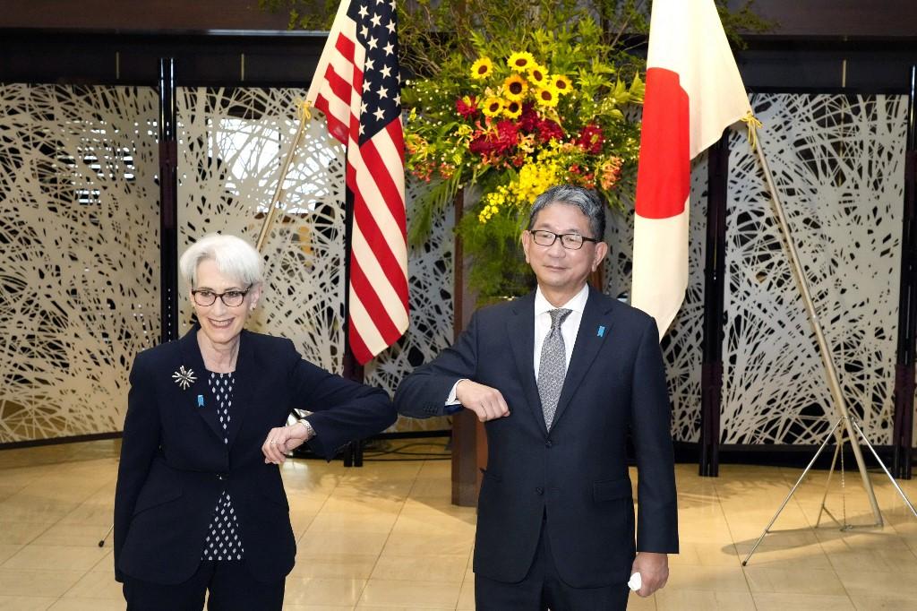 美國高級官員周六(7月24日)表示,美國副國務卿溫迪.舍曼(Wendy Sherman,又譯謝爾曼)將在即將舉行的美中會談中向中方明確表示,華盛頓歡迎與北京展開競爭,但需要有一個公平的競爭環境,以及護欄和參數,以防止競爭升級到發生衝突。圖為7月20日,舍曼(左)和日本外務副大臣森健良。(Photo by Eugene Hoshiko / POOL / AFP)