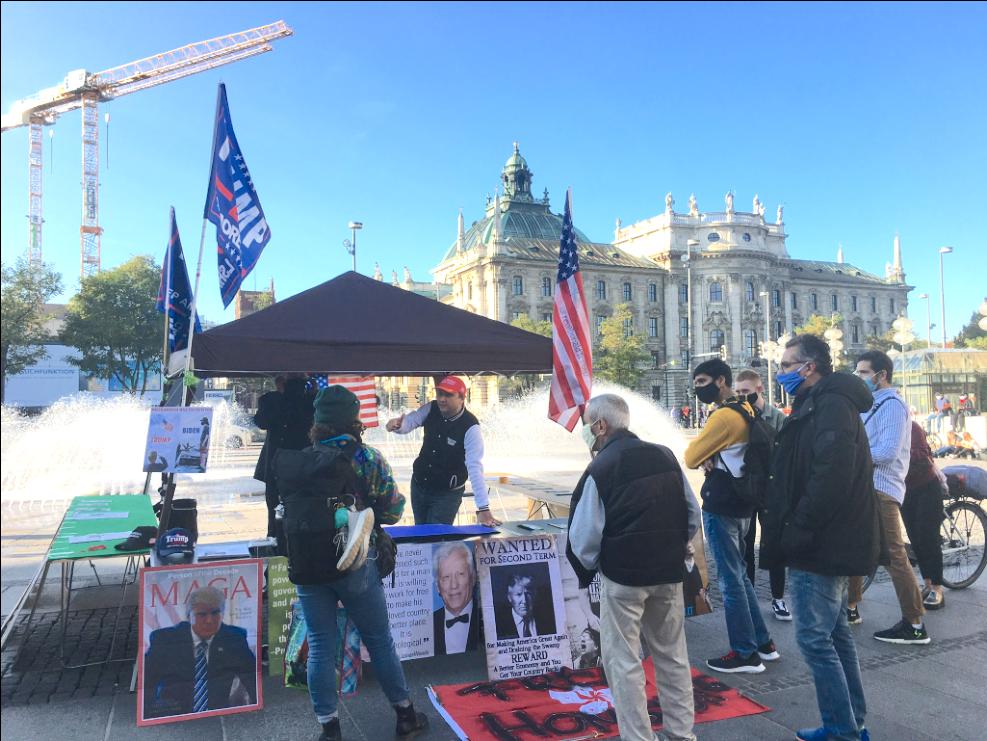 2020年10月25日,德國民眾在慕尼黑的卡爾斯廣場(Karlsplatz)舉辦了聲援特朗普的信息日活動。(陳致中/大紀元)