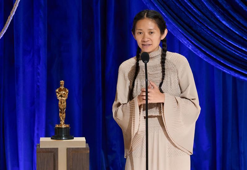 美國華裔導演趙婷於2021年4月26日憑著《浪跡天地》,拿下第93屆奧斯卡最佳導演獎殊榮。(Todd Wawrychuk/A.M.P.A.S. via Getty Images)