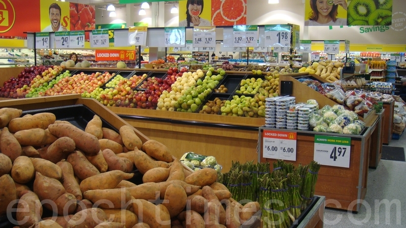 2020年1月中共肺炎疫情快速擴散,怎麼防範成為公眾關心的首要問題。其中包括:病毒在蔬菜、肉和水果上存活?同小區鄰居確診傳染風險有多大?還能開窗戶通風嗎?圖為加拿大多倫多某超市。(伊玲/大紀元)