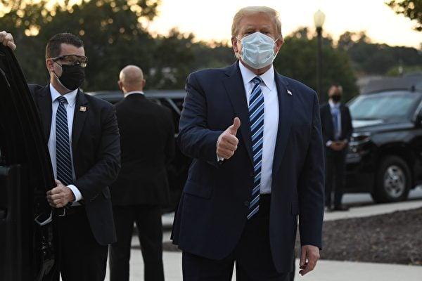 2020年10月5日,特朗普走出沃爾特・里德國家軍事醫學中心(Walter Reed National Military Medical Center),返回白宮。(SAUL LOEB/AFP via Getty Images)