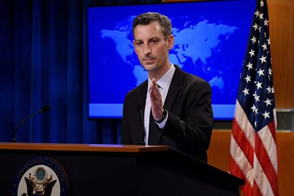 美國國務院發言人內德·普賴斯(Ned Price)2月9日在國務院舉行的例行記者會上講話。(Photo by OLIVIER DOULIERY/POOL/AFP via Getty Images)