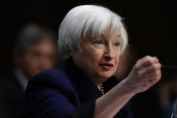美聯儲主席耶倫17日在國會聯合經濟委員會聽證會表示,將做到任期結束,並且強烈暗示美聯儲12月極有可能決定加息。(Win McNamee/Getty Images)