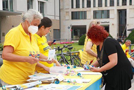 2021年7月17日,法輪功學員在德國首都柏林勃蘭登堡門集會,紀念反迫害22周年。圖為民眾簽名聲援法輪功學員反迫害。(黃芩/大紀元)