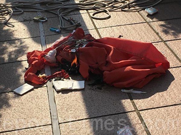 9月21日下午,港人將屯門大會堂前的中共國旗拆下、焚燒。(張紫薇/大紀元)