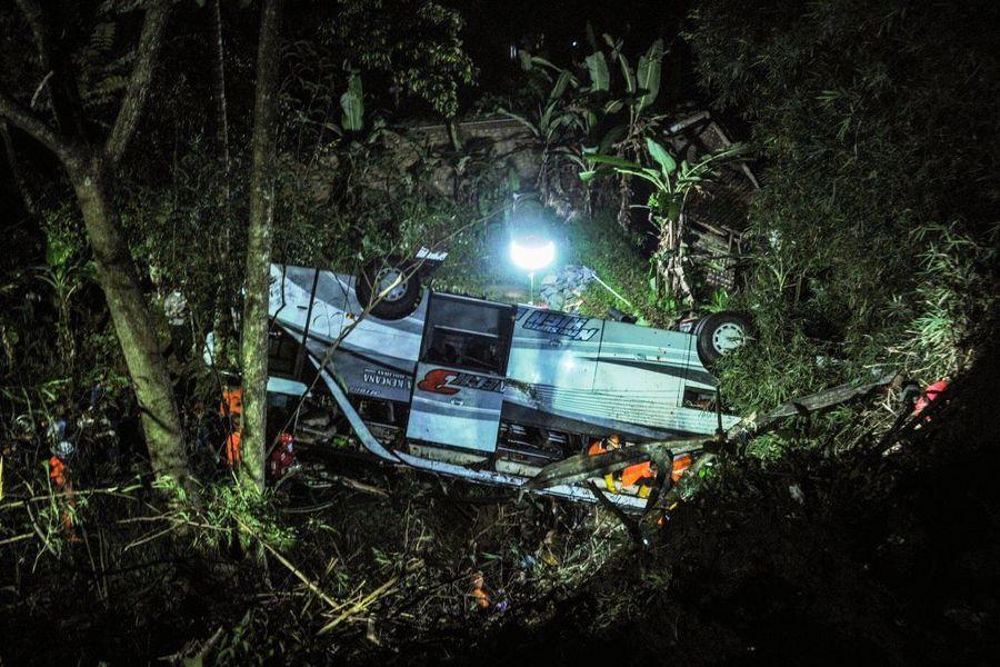 印尼載學生和家長巴士墜深谷 27死39傷