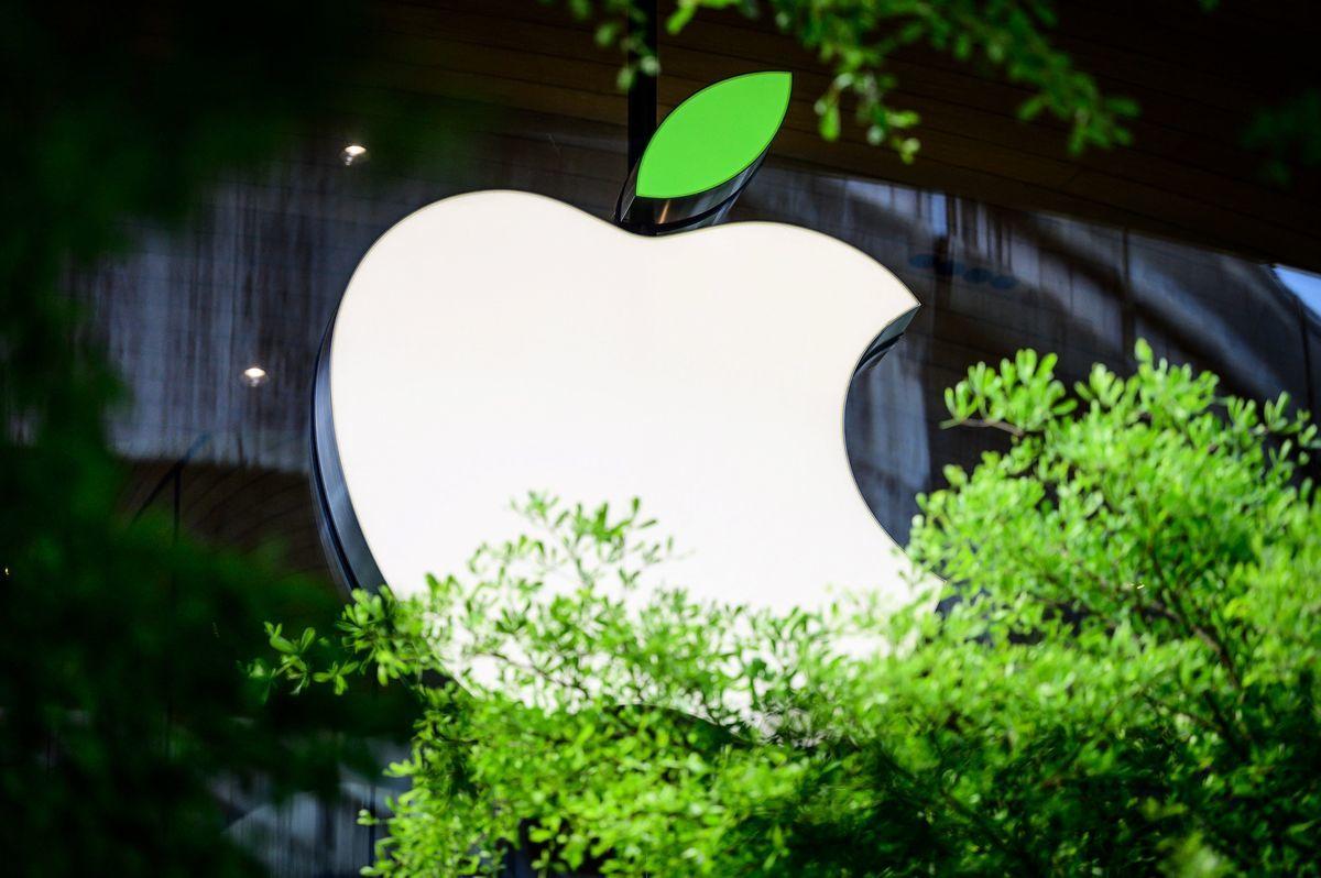 泰國曼谷一家蘋果店外的公司標誌。(MLADEN ANTONOV/AFP via Getty Images)