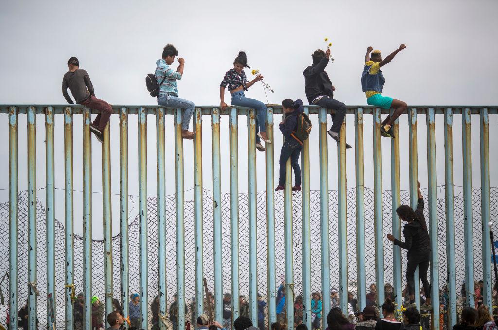 美國國土安全部7月22日宣佈「快速遞解」新規定,將實施範圍拓展至全美各地。圖為美墨邊境圍牆。(David McNew/Getty Images)