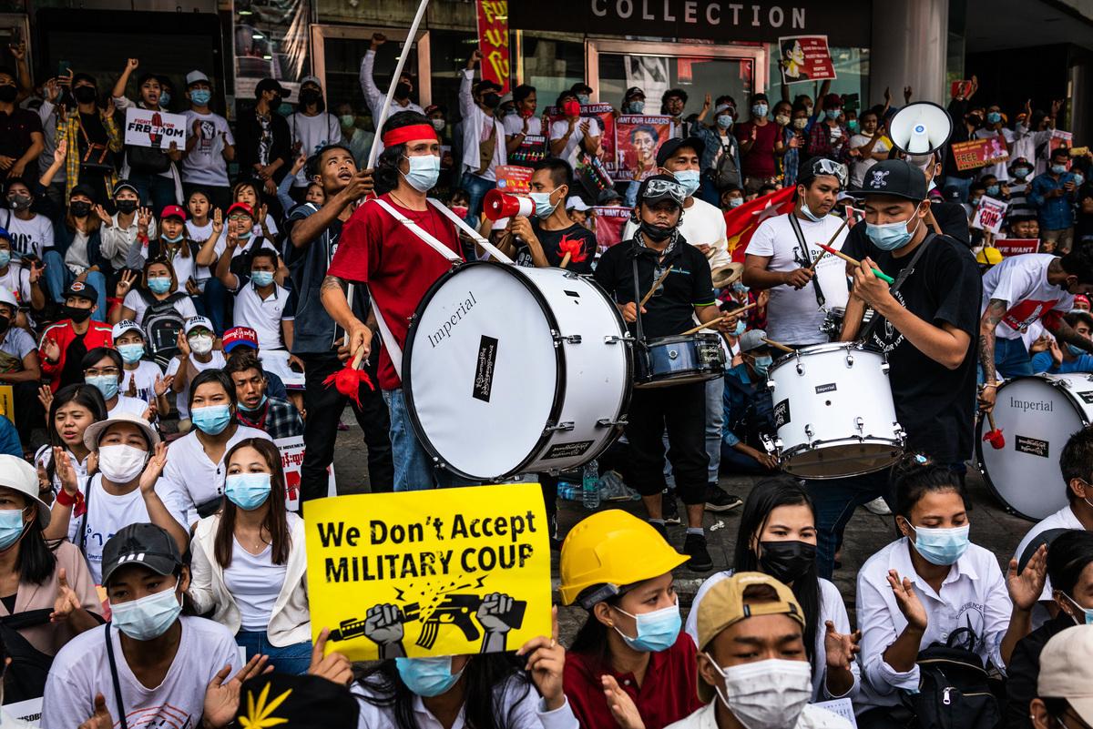 2021年2月22日,緬甸抗議者聚集在仰光市中心,行反對獨裁和呼籲民主的三指禮,抗議軍政府的軍事政變。 (Hkun Lat/Getty Images)