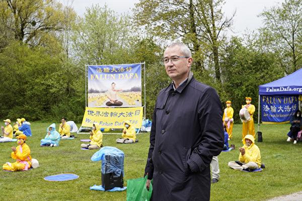 德國國會議員穆勒(Hansjorg Muller)專程趕來參加世界法輪大法日活動。(曹工/大紀元)