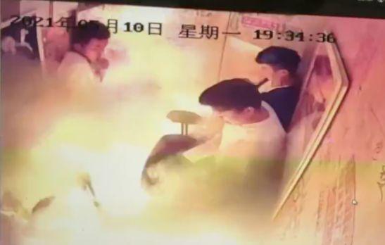 電動車在電梯內被瞬間爆燃起火。(影片截圖)