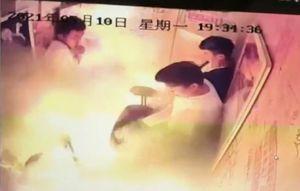 成都電動車在電梯裡爆燃 五人被燒傷(影片)