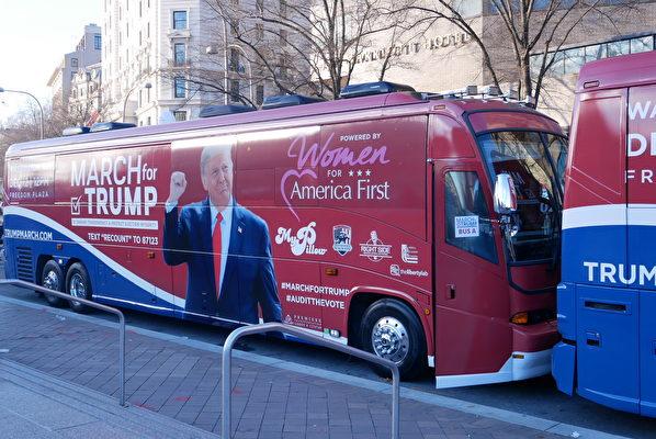 12月12日,婦女支持特朗普組織巡遊巴士停靠在DC自由廣場旁。(李辰/大紀元)