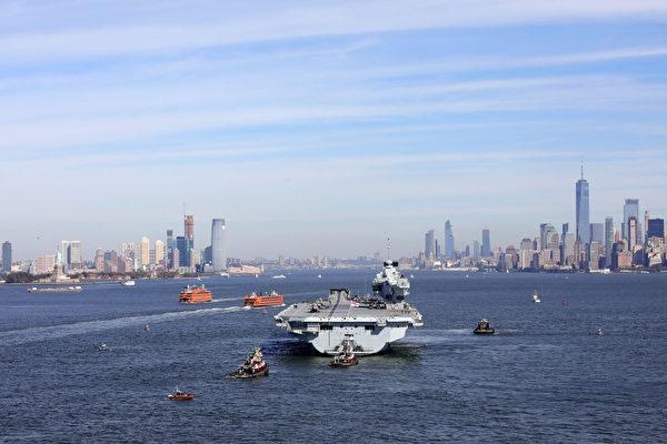 圖中最大船隻為英國王家海軍最大、最頂尖的新航母「伊利沙伯女王號」(HMS QUEEN ELIZABETH)。(攝於2018年10月19日) (Christopher Furlong/Getty Images)
