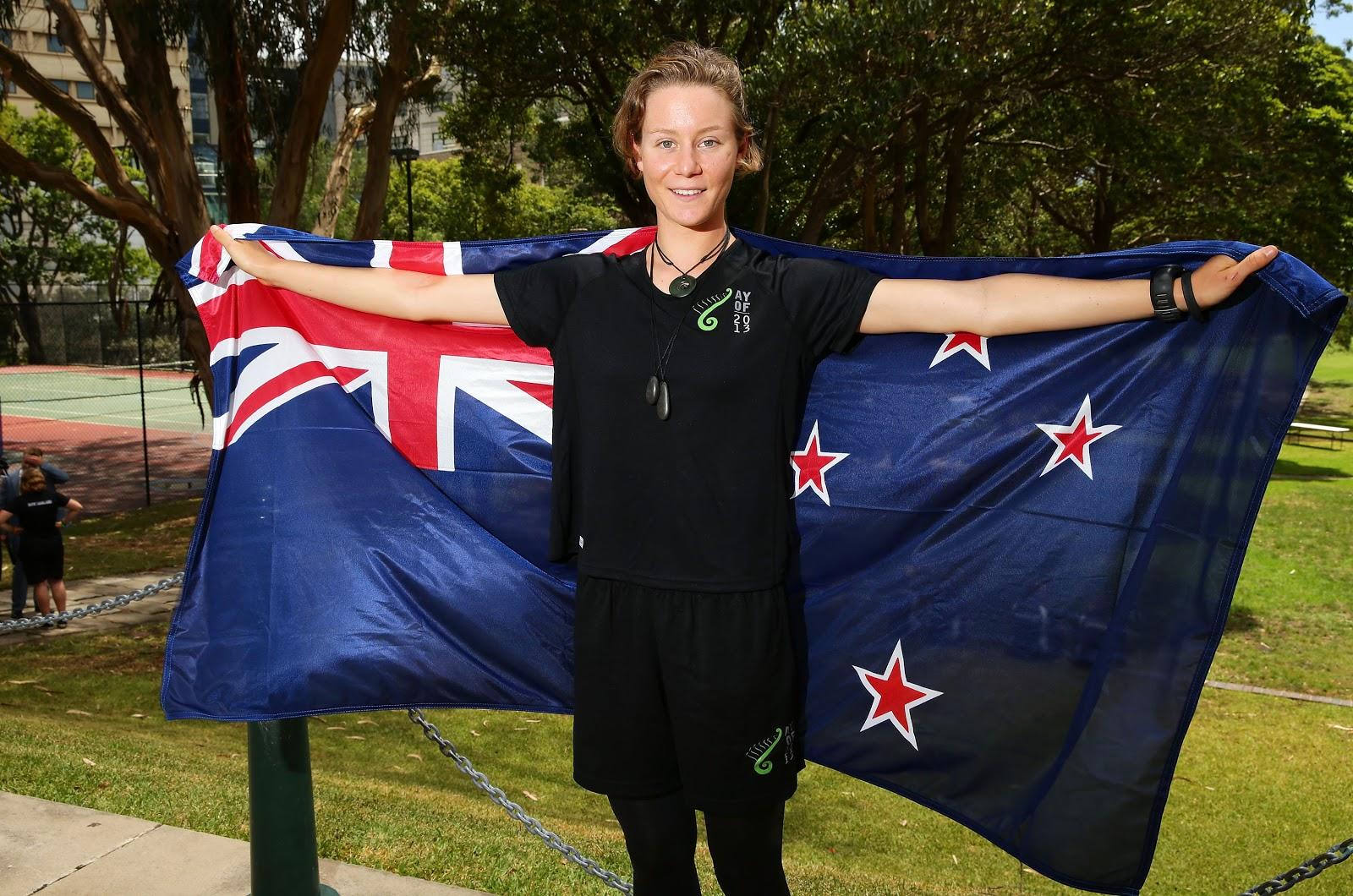 紐西蘭在《經濟學人》2020年度民主指數評比中位列第四。圖為2013年1月15日,Mikayla Nielsen手持紐西蘭國旗。她被任命為澳洲青年奧林匹克開幕式上紐西蘭隊的旗手。( Matt King/Getty Images for NZOC)