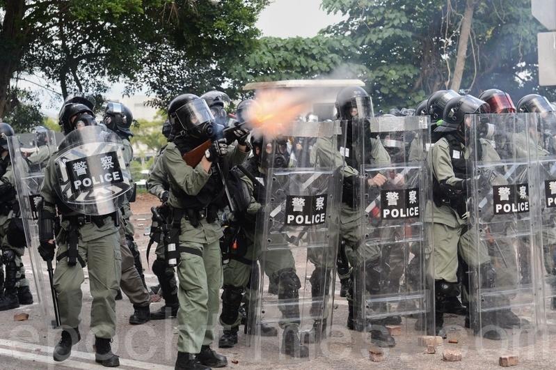 2019年11月12日,在香港中大防暴警察發射催淚彈。(宋碧龍/大紀元)