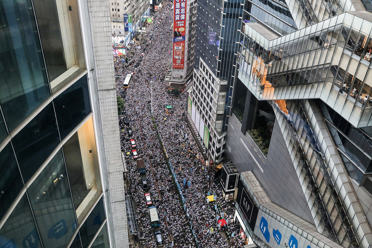 從6月9日香港百萬市民上街抗議到全球聲援反送中條例,再到15日特首宣佈暫緩「逃犯條例」修訂,香港市民表現的團結,勇敢與不屈的「香港精神」再次令外界讚歎。圖為9日的民眾抗議活動現場。(DALE DE LA REY/AFP/Getty Images)