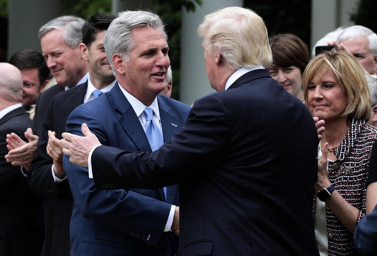 2017年5月4日在白宮玫瑰花園,特朗普舉行關於新美國健保法案的新聞會。時任眾議院少多數黨領袖麥卡錫在現場與特朗普握手。(Alex Wong/Getty Images)